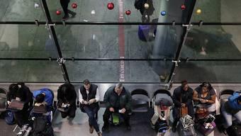 Tausende Reisende sitzen in der Nacht auf Montag aufgrund von heftigen Schneefällen in den USA - wie hier in Chicago - an Flughäfen fest.