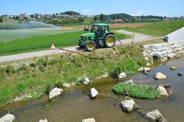 Bewässerung verboten Wenn der Pegel der kleinen Gewässer, hier die Bünz bei Wohlen, zu niedrig ist, wird die Wasserentnahme verboten.