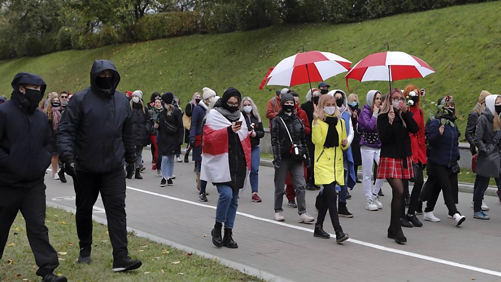 Polizisten in Zivil begeiten belarussische Frauen mit Mund-Nasen-Schutz bei einem Protest der Opposition in Minsk.