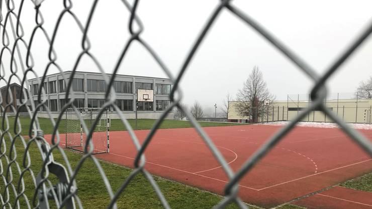 Der Leiter Haus- und Werkdienste des Schulhauses Jona wurde fristlos entlassen. Die Polizei hat gegen ihn ermittelt, weil er Kinderpornographisches Material konsumiert und verbreitet hat.