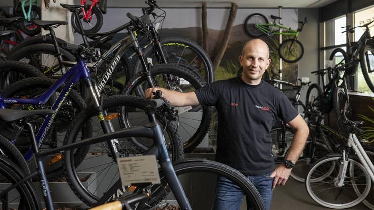 Andreas Jakob ist Inhaber vom Veloladen Stöckli Bike in Geroldswil. Er hat Glück, weil er sich ein volles Lager im Winter zulegte.