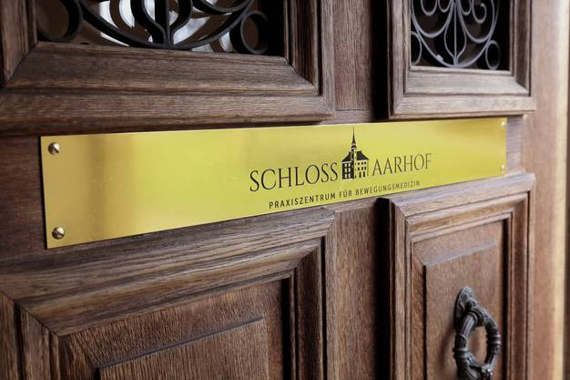 Der Eingang zum Schloss Aarhof – Praxiszentrum für Bewegungsmedizin