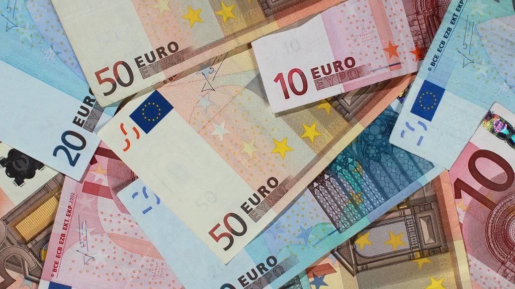 Die 73-Jährige übergab der Betrügerin 71'000 Euro in Bar. (Symbolbild)