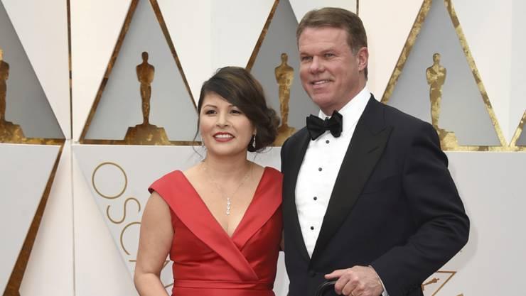 """Die beiden Notare Martha L. Ruiz und Brian Cullinan von PricewaterhouseCoopers (PWC) am Sonntag vor der Oscar-Gala. Cullinan soll es gewesen sein, der Warren Beatty das ominöse falsche Couvert ausgehändigt hat. """"Menschliches Versagen"""", kommentierte PWC."""