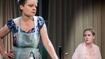 """Chantal Le Moign als Rebecca (l) und Anna-Katharina Müller als deren Tochter Rachel im Stück """"Alles muss glänzen"""" von Noah Haidle. Die Zürcher Premiere fand am 2. Dezember 2016 im Theater an der Winkelwiese in Zürich statt."""