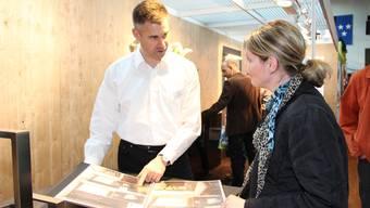 Martin Bruggisser von der kreativen Holzwerkstatt berät eine Interessentin.