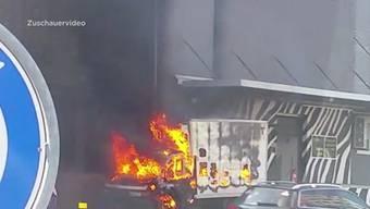 Beim Einkaufszentrum in Spreitenbach ging am Donnerstagmorgen plötzlich ein Lieferwagen in Flammen auf.