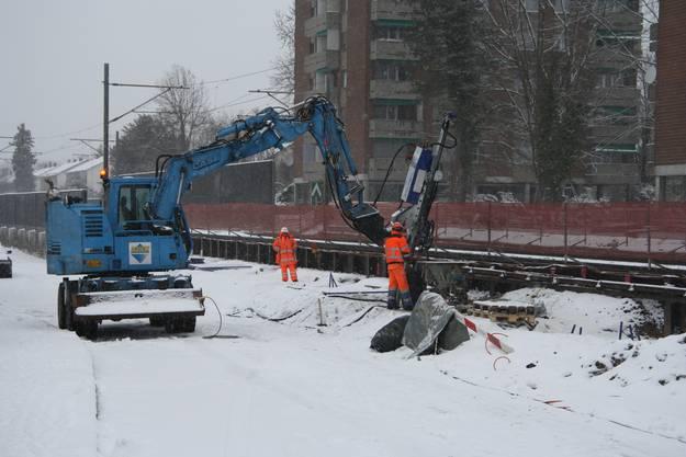 Die Baustellen wie hier an der Bahnhaltestelle Allmend bleiben in Betrieb