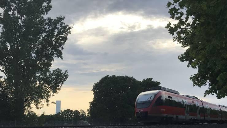 Die Bahnstrecke zwischen dem Badischen Bahnhof in Basel und Erzingen (D) unweit von Schaffhausen hat bis heute keine elektrischen Fahrleitungen. Die Deutsche Bahn betreibt sie daher noch mit Dieselzügen - im Bild auf Basler Boden vor dem Roche-Turm, als Unikum im Schweizer Netz.