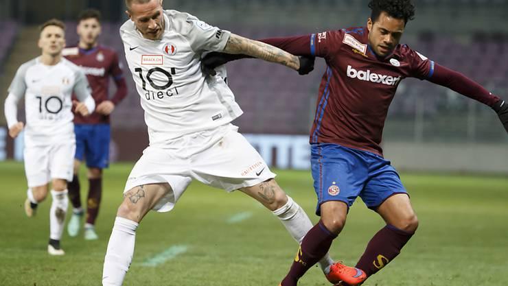 Michel Morganella (links) im Zweikampf mit Alexandre Alphonse im Challenge-League-Spiel zwischen Rapperswil-Jona und Servette