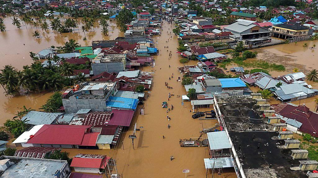 In Bangkulu auf der indonesischen Insel Sumatra herrscht derzeit Land unter. Die Folge: dutzende Tote und tausende Obdachlose.