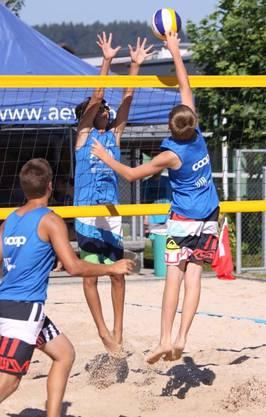 Reto Pfund (r.) mit seinem Partner Severin Hekele (links) holten sich den Aargauermeister-Titel.