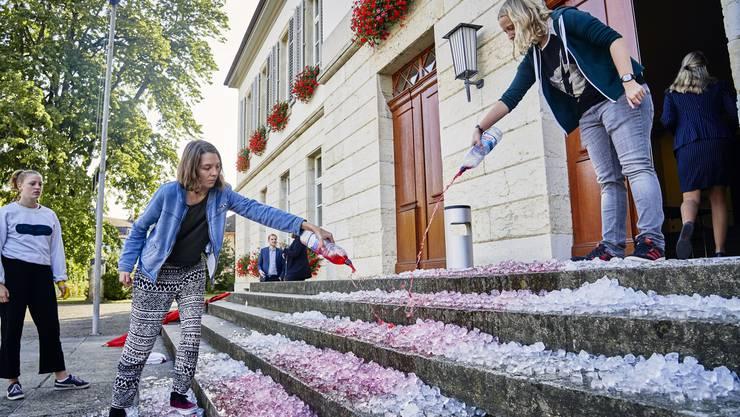 Mit Eiswürfeln und roter Farbe auf der Treppe zum Grossratsgebäude macht die Juso auf den Klimawandel aufmerksam.