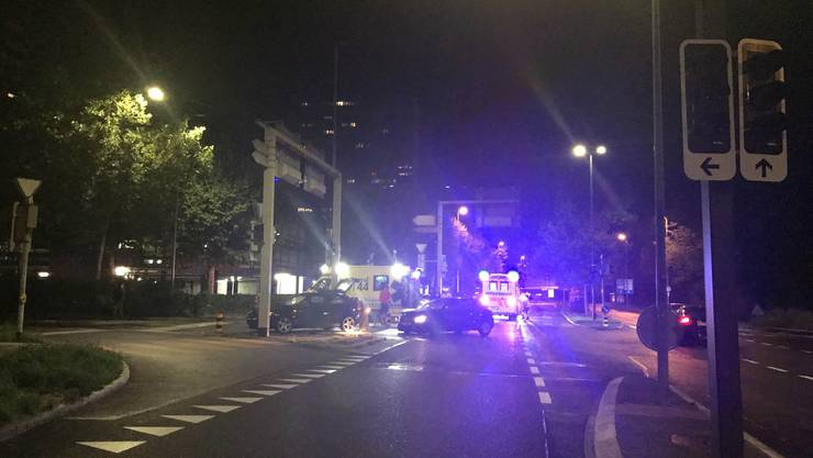 Spreitenbach, 18. August: Auf einer Kreuzung sind zwei Autos zusammengekracht. Die Beifahrerin, die keinen Sicherheitsgurt trug, erlitt eine Hirnerschütterung.