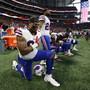 Einige NFL-Spieler knien während des Abspielens der US-Nationalhymne hin