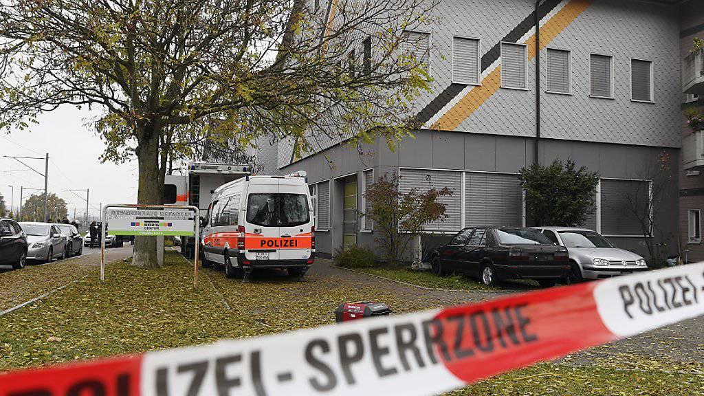 Polizei-Razzia in der An'Nur-Moschee in Winterthur im November 2016. Ein verurteilter Prediger ist nun ausgeschafft worden. (Archivbild)