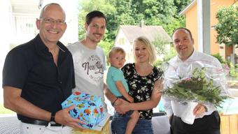 Eine Gemeindedelegation gratuliert dem Jubiläumseinwohner und seinen Eltern.