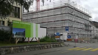 Die Voraussetzung für die Oberstufenfusion im Suhrental. Das Schulzentrum Schöftland, das 2019 fertig wird. Noch verdecken Plachen den Holzbau.