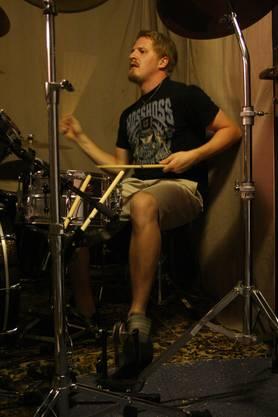 Roman Zeindler, 21, an den Drums