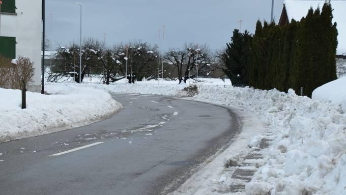 Rechts sollte ein Trottoir sein. Es ist Teil des Schulwegs in Salmsach. Derzeit ist das Trottoir jedoch von Schneemassen überlagert. Die Schulkinder müssen auf der Strasse laufen.