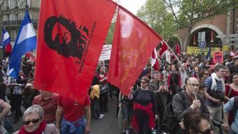 Zehntausende Franzosen gehen gegen Hollandes Sparpolitik auf die Strasse.
