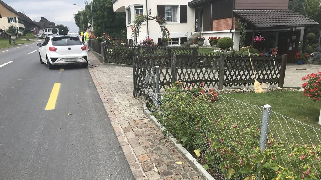 Über zwei Promille: Autofahrer kollidiert mit Gartenzaun