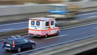 Der Vorfall ereignete sich während der Fahrt im Krankenwagen. (Symbolbild)
