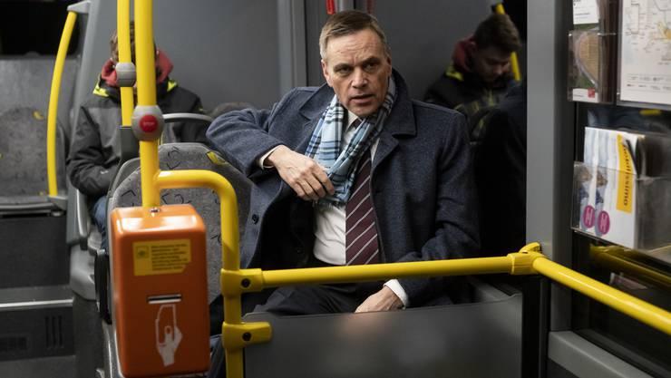 Jean-Pierre Gallati im Bus auf dem Weg zur Arbeit.