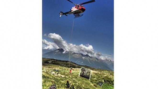 Abenteuer auf höchstem Niveau: Der Helikopter bringt Bikes und Fahrer auf den Monte Varadega (2634 m), dann gehts los auf die 2000 Höhenmeter lange Abfahrt. Foto: Caroline Doka