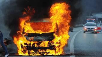 Brennendes Auto vor dem Gubrist (Symbolbild).