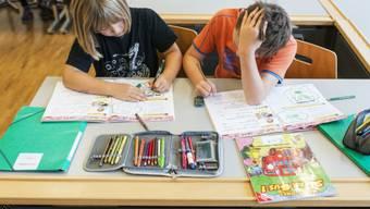 Drittklässler lernen Englisch mit einem Übungsbuch (Symbolbild)