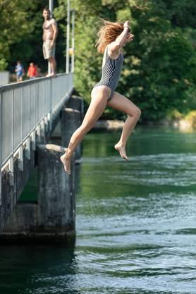 Für Waghalsige: Der Sprung von der Brücke ins kühle Nass am Mitteldamm zwischen Aarau und Erlinsbach.