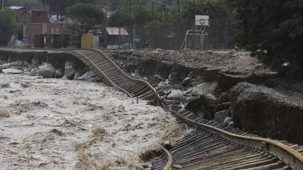 Vom Hochwasser zerstörte Eisenbahnlinie in Lima.