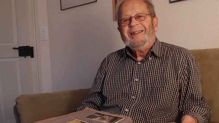 Ein Stück Geschichte: Hansjörg Spillmann mit dem Album.Luisa Bider
