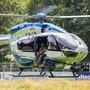 Ein Hubschrauber der Polizei landet nahe der Gemeinde Oppenau auf einem Sportplatz, welcher der Polizei als Sammelpunkt dient. Foto: Philipp von Ditfurth/dpa