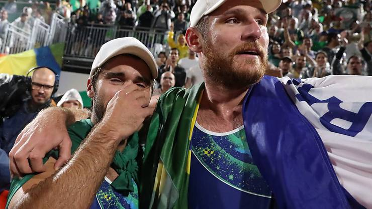 Alison (rechts) und Bruno Schmidt machen ein ganzes Land glücklich: Sie gewinnen die Goldmedaille im Beachvolleyball