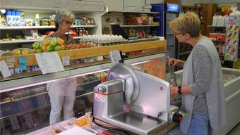 Verkäuferin Irene Grenacher bedient im Dorfladen Ittenthal eine Kundin.