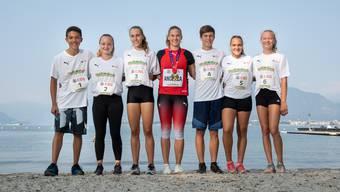 Angelica Moser (M.) mit den Leichtathletik-Talenten aus dem Kanton Aargau: Tyler Aerni (Startnummer 1), Sarah Bachofen (2), Ariana Brügger (3), Silvan Brügger (4), Laura Freda (5) und Fabienne Hoenke (6).