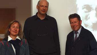 Beeindruckt waren Ute W. Gottschall, stellvertretende Leiterin des Fricktaler Museum und ein Zuhörer (rechts) über den Vortrag von Jürg Conzett (Mitte), der das Wirken des Bauingenieurs Robert Maillart zum Thema hatte. hcw