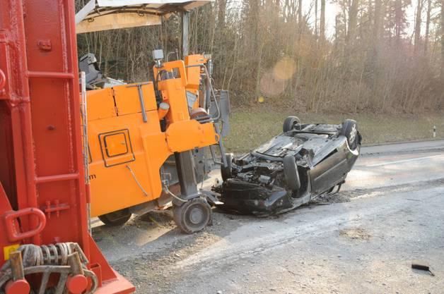 Der Wagen kollidierte mit einer Baumaschine