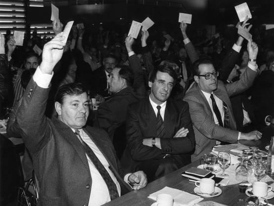 SVP-Präsident Adolf Ogi (Mitte) wird 1987 von der SVP des Kantons Bern einstimmig zum Bundesrats-Kandidaten gewählt.