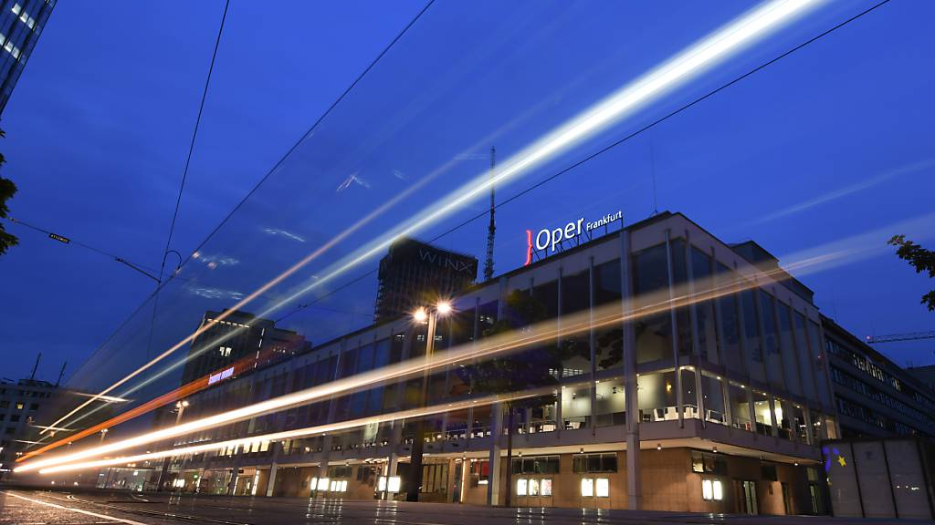 ARCHIV - Lichtspuren einer vorbeifahrenden Straßenbahn sind am Abend am Willy-Brandt-Platz vor den Städtischen Bühnen mit der Oper (r) und dem Schauspiel (l) zu sehen (Langzeitbelichtung). Die Oper Frankfurt und das Grand Theatre de Geneve teilen sich den Titel «Opernhaus des Jahres». Regie-Handschriften gelobt, teilte das Magazin am Dienstag, 29.09.2020 in Berlin mit. Foto: Arne Dedert/dpa
