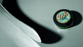 Gehört zum Eishockey wie der Puck: Snus oder Kautabak als Alternative (im Bild das neu am Kiosk erhältliche Produkt).