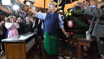 Münchens Bürgermeister Dieter Reiter (Mitte) hatte zur Eröffnung des Oktoberfestes das erste Fass Bier mit gerade mal zwei Schlägen angezapft.