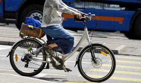 lastwagenfahrer rammte e bike fahrer gericht spricht ihn. Black Bedroom Furniture Sets. Home Design Ideas