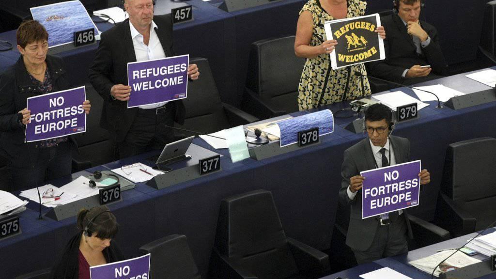 Keine Festung Europa: Mitglieder des Europaparlaments in Strassburg markieren am Mittwoch Positon.