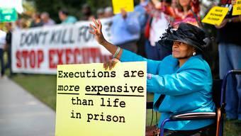Vor dem Sitz der Gouverneurin von Oklahoma versammeln sich vor der geplanten Hinrichtung Gegner der Todesstrafen.