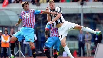 Juves Nicklas Bendtner setzt sich gegen zwei Gegenspieler durch