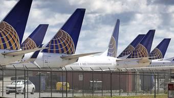 Die US-Fluggesellschaft United geht davon aus, dass selbst nach Lockerungen der Coronavirus-Massnahmen zahlreiche Flugzeuge aufgrund fehlender Nachfrage weiterhin am Boden bleiben müssen. (Archivbild)