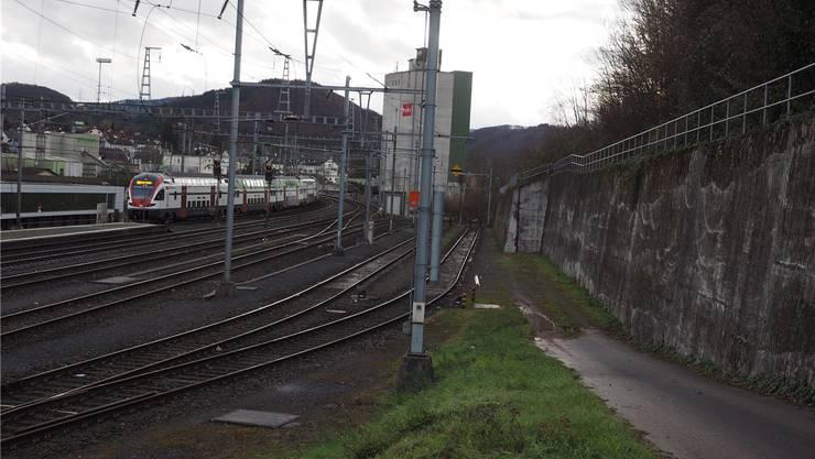 Die SBB geben die beiden Abstellgleise her. Die neue Strasse kann damit der Stützmauer entlang geführt werden.